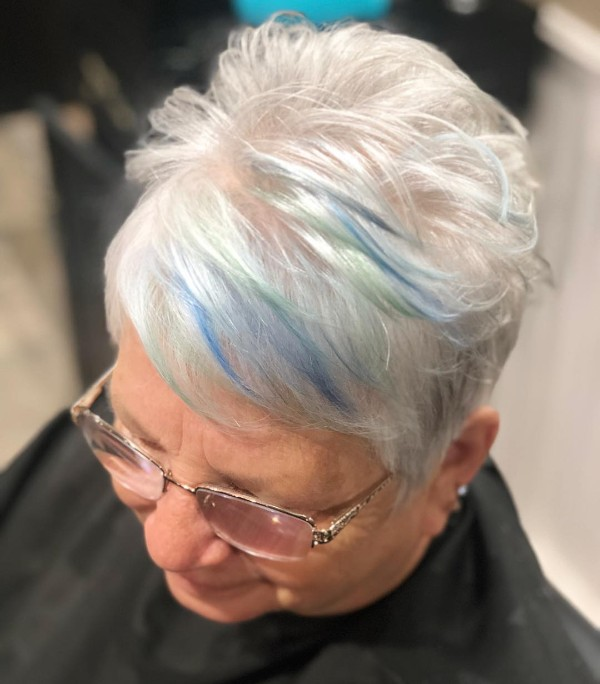 pelo-corto-blanco-con-mechas-de-color