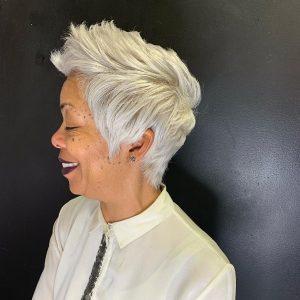 pelo-corto-blanco-afro-para-mujeres-de-80-anos