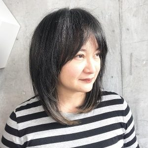 pelo-corto-negro-con-flequillo-para-mujeres-mayores-de-40-años