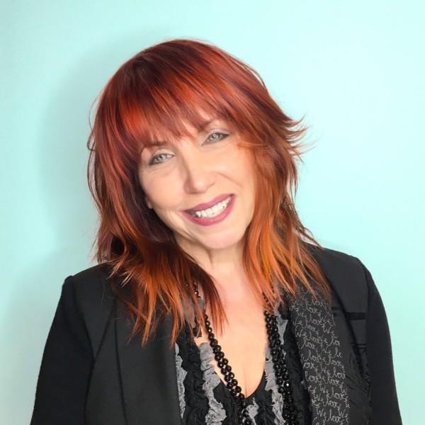 pelo-rojo-media-melena-con-flequillo-para-mujeres-mayores-de-50-años